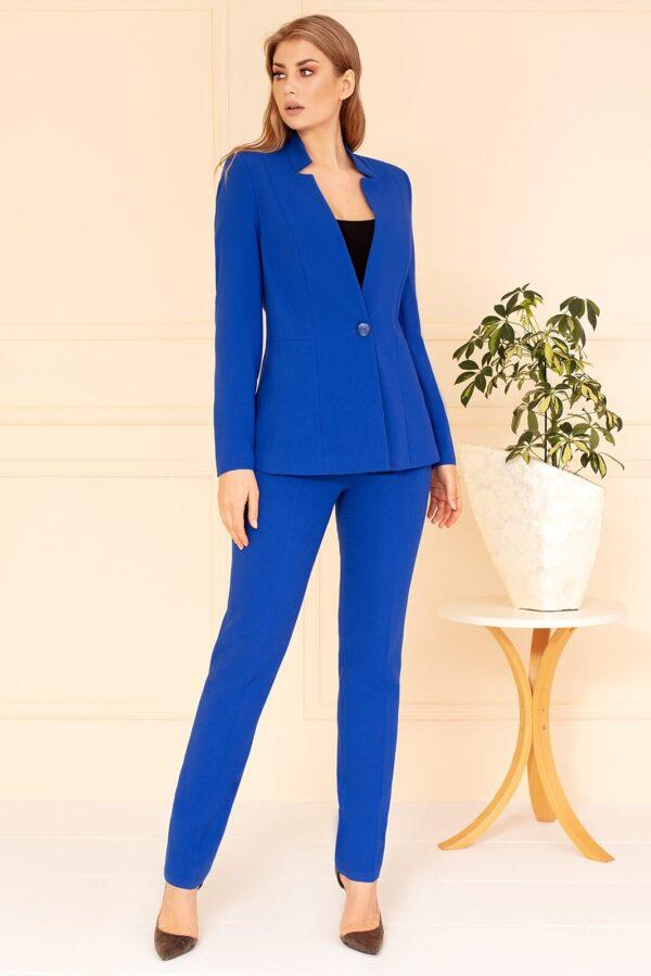 Wizytowy kostium chabrowy ze spodniami. Elegancki żakiet Olivia chabrowy na stójce świetnie sprawdzi się do pracy i na wesele