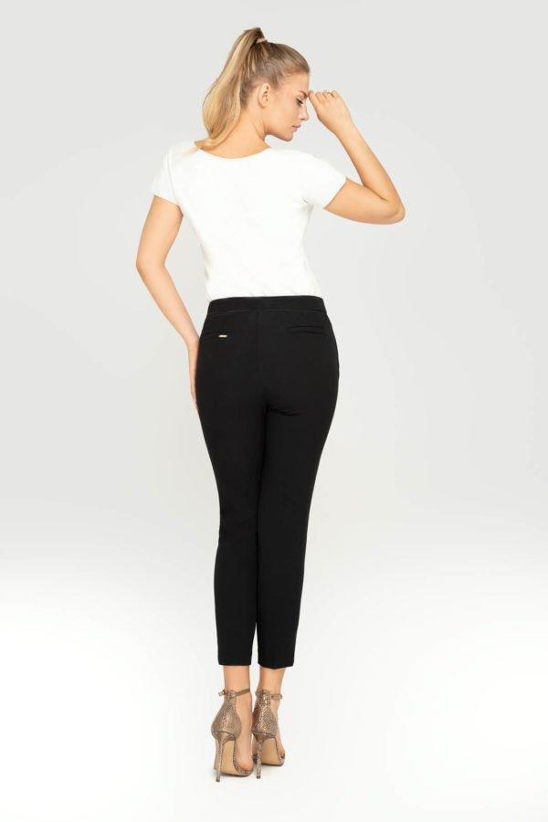 Spodnie cygaretki czarne- widok z tyłu z modelką