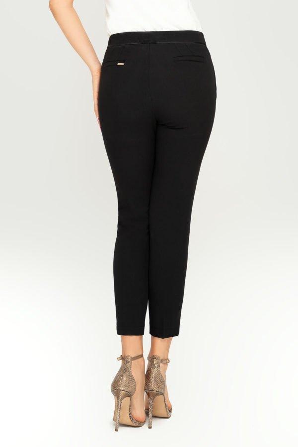 Spodnie cygaretki czarne- widok z tyłu
